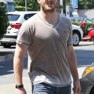 Chris Pratt pumping gas paparazzi