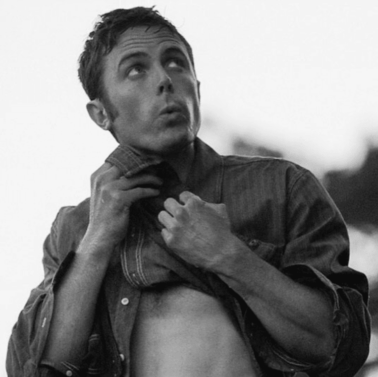 hot pic of actor casey affleck lifting up his shirt