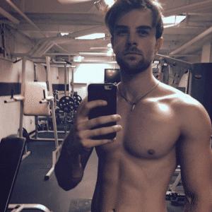 gym selfie of nathaniel buzolic