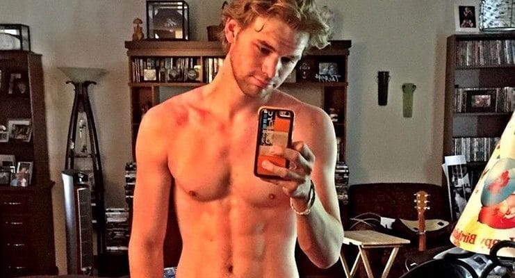 actor kenton duty leaked nude pics exposed taking selfie of his abs in mirror